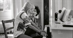France Gall y Michel Berger. Música francesa. Piano. Años 70. Blanco y negro.